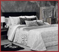 cama-con-ropa-de-hogar-gris